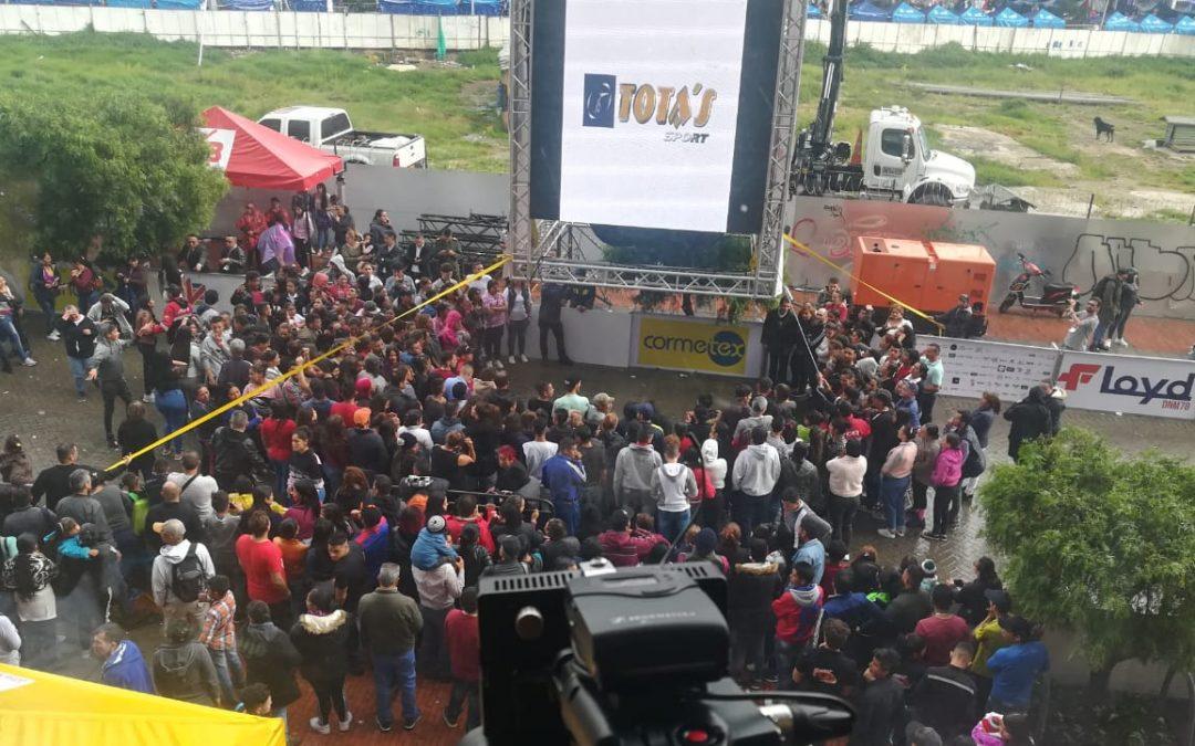En el corazón de Bogotá se abrió una de las piñatas más grandes de América Latina