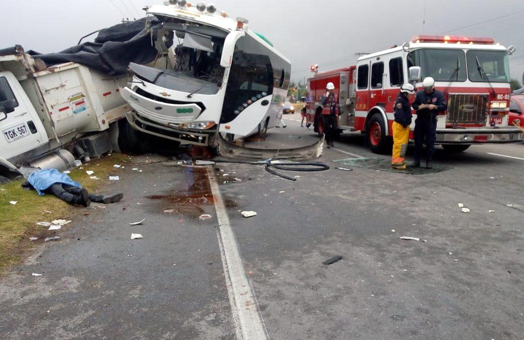Dos muertos dejó choque entre volqueta y bus en la vía Bogotá – Medellín