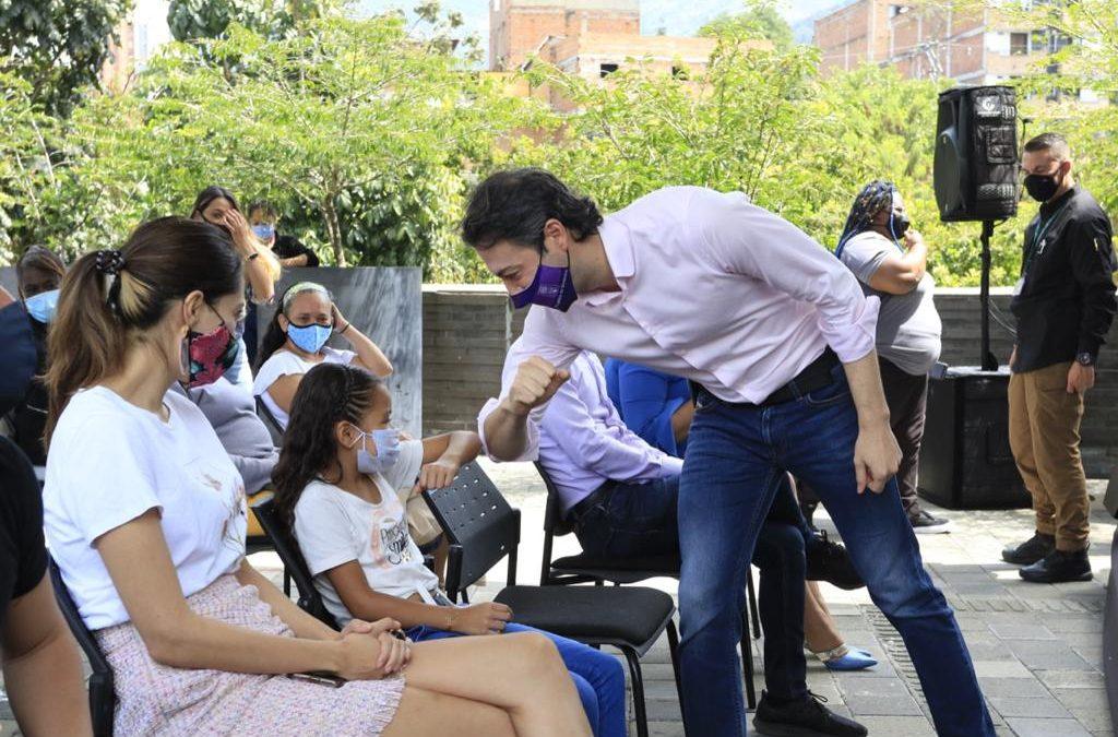 Diez familias víctimas del conflicto armado reciben recursos de la Alcaldía de Medellín para pagar sus deudas de vivienda