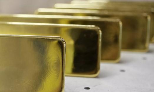 El bitcóin, un dólar débil y la Reserva Federal sacan brillo al oro