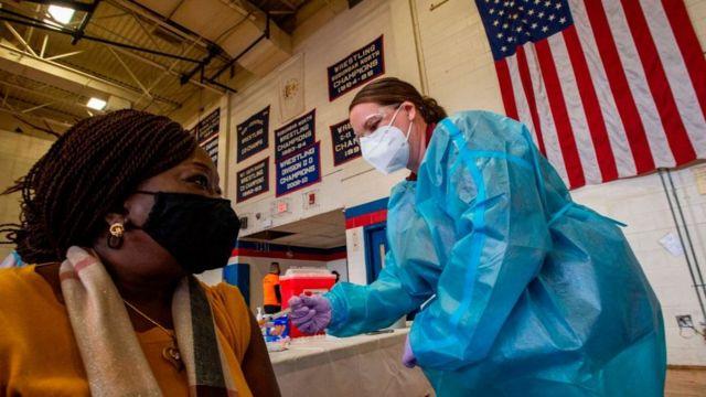 Por rehusarse a vacunarse, trabajadores del sector salud en Estados Unidos se quedarían sin trabajo